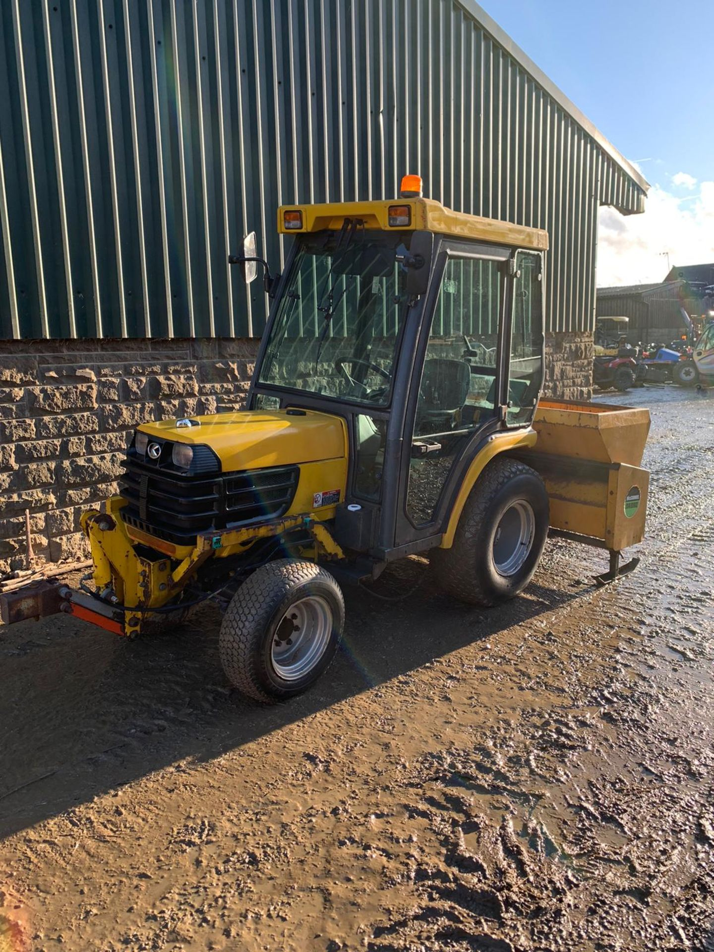 2005 KUBOTA B2110H COMPACT TRACTOR, RUNS, DRIVES AND WORKS, FULL GLASS CAB, ROAD LEGAL *PLUS VAT* - Image 2 of 6