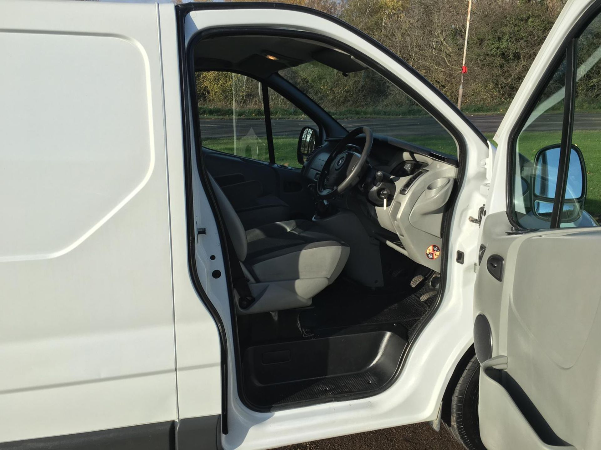 2008/58 REG VAUXHALL VIVARO 2900 CDTI SWB 2.0 DIESEL WHITE PANEL VAN, SHOWING 1 FORMER KEEPER - Image 5 of 12