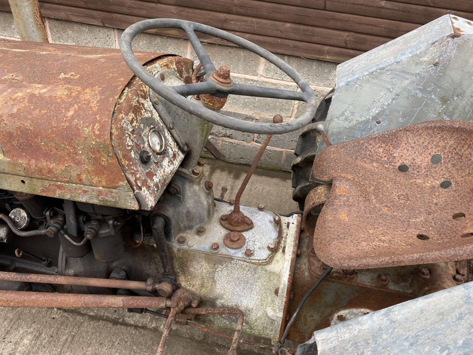 FERGUSON T20 DIESEL VINTAGE TRACTOR, IN NEED OF FULL RESTORATION, LOADING NO PROBLEM *PLUS VAT* - Image 2 of 3