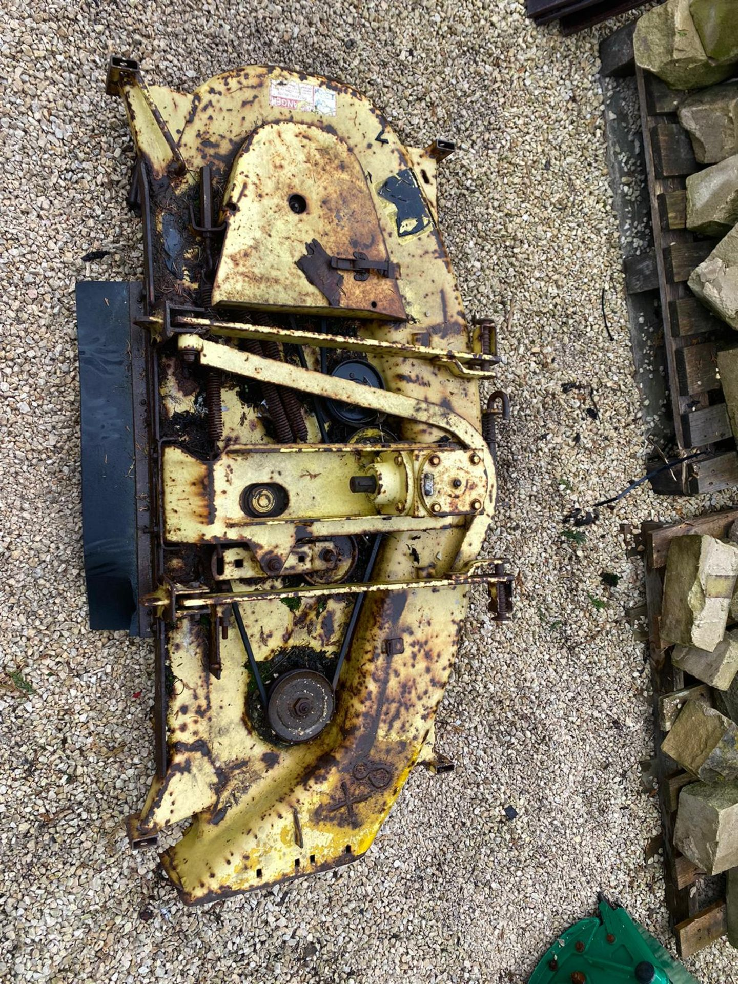 JOHN DEERE 455 DECK, IN WORKING CONDITION, JUST NEEDS PAINTING *NO VAT* - Image 2 of 3