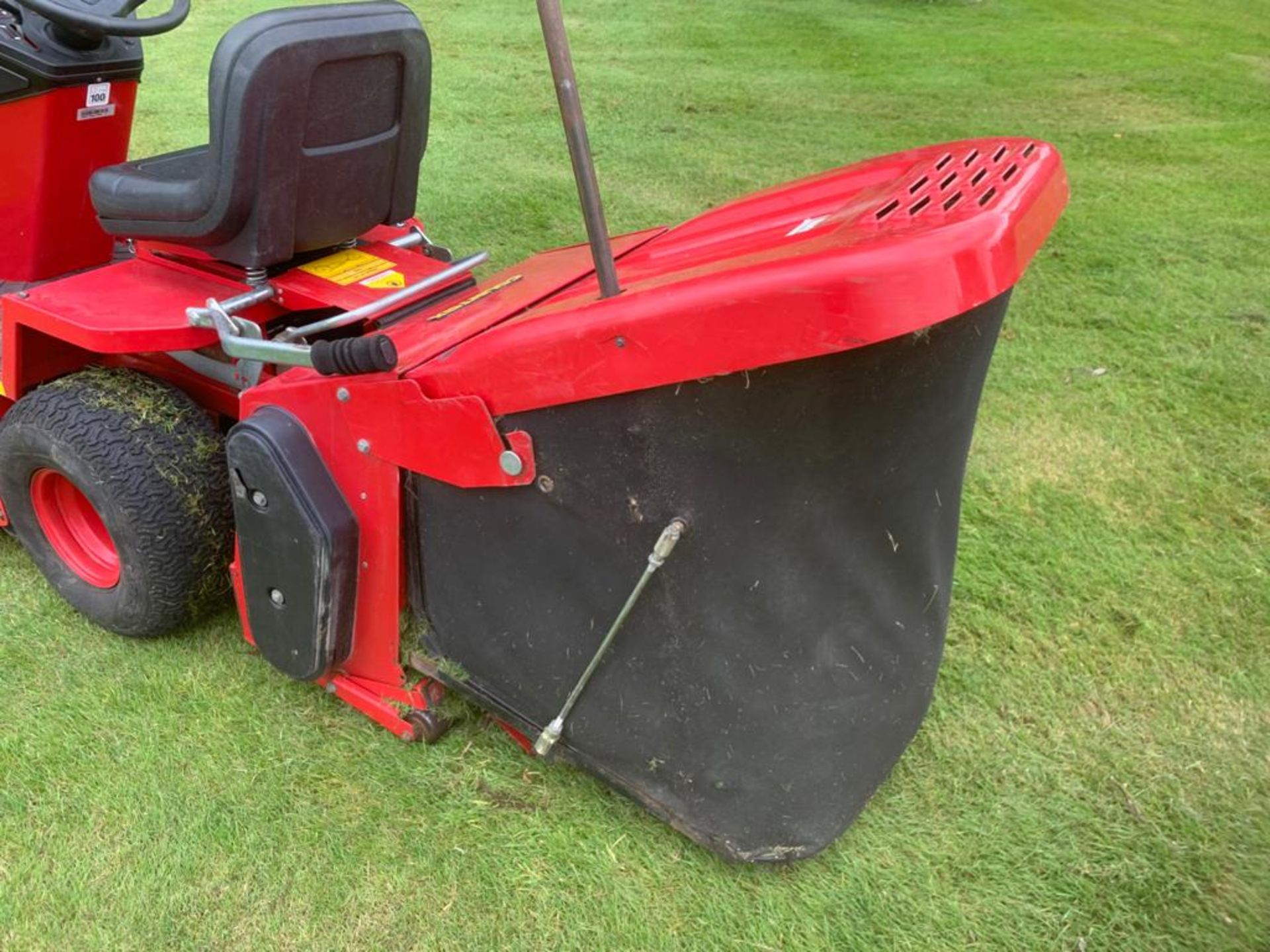 COUNTAX C400H HYDROSTATIC PETROL RIDE ON LAWN MOWER WITH SWEEPER *PLUS VAT* - Image 5 of 7