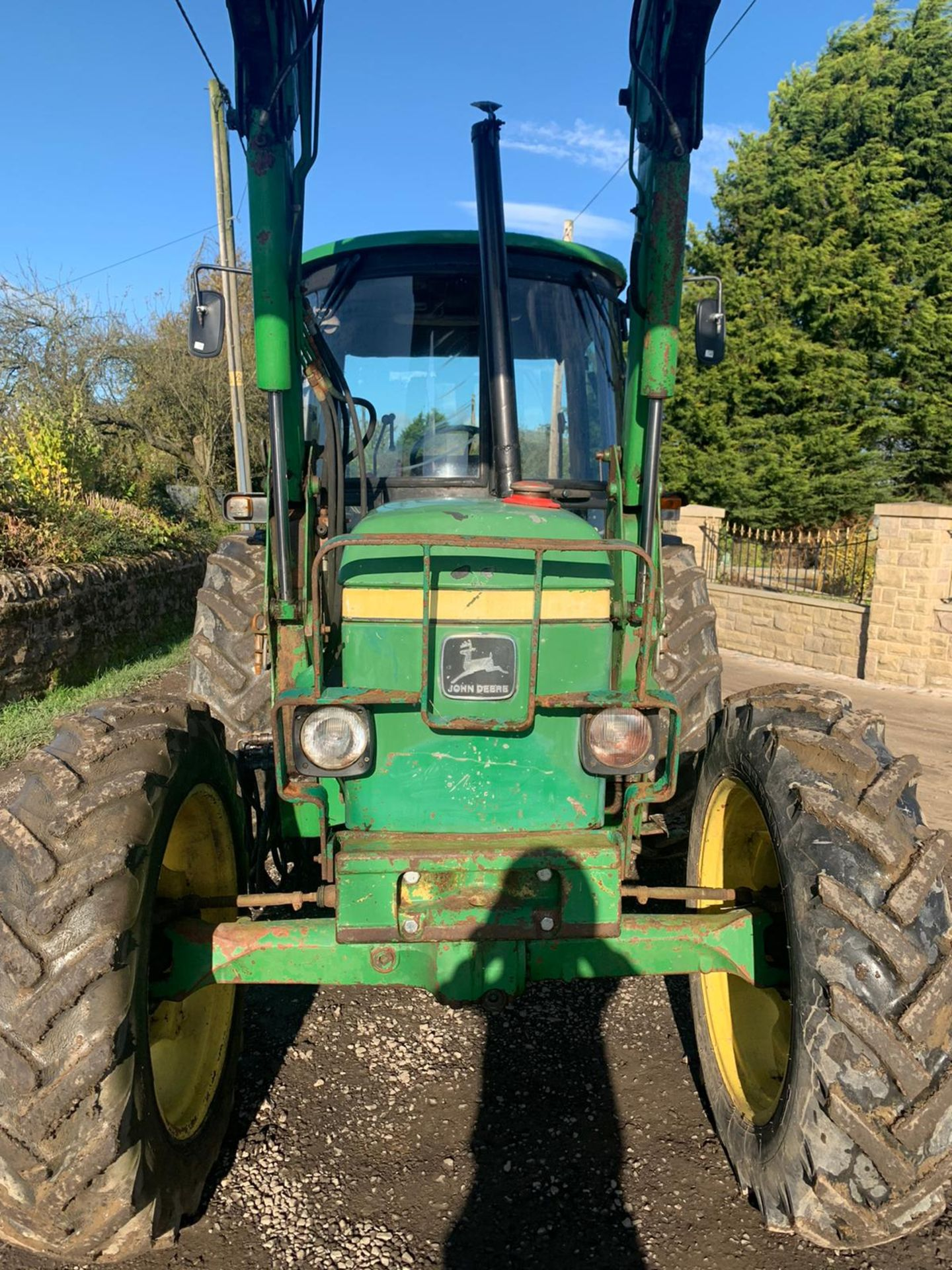 JOHN DEERE 2040S TRACTOR, C/W LOADER AND BUCKET, RUNS, DRIVES AND DIGS *PLUS VAT* - Image 2 of 5