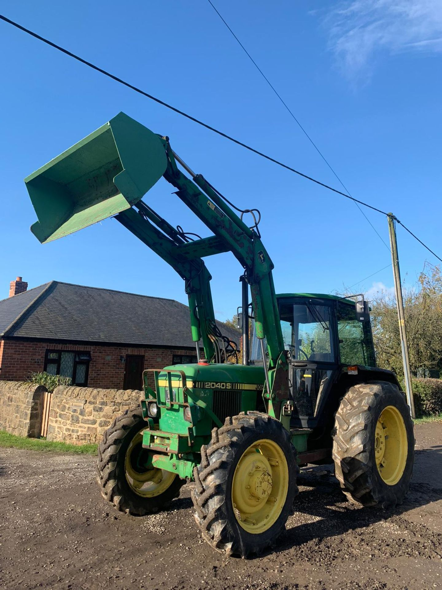 JOHN DEERE 2040S TRACTOR, C/W LOADER AND BUCKET, RUNS, DRIVES AND DIGS *PLUS VAT* - Image 4 of 5