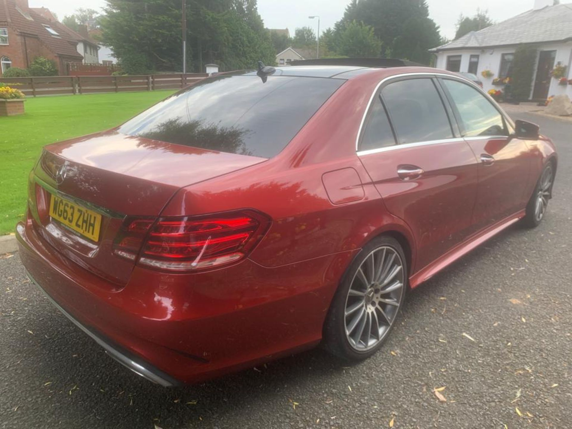 2014/63 REG MERCEDES-BENZ E300 AMG SPORT BLUETEC HYBRID 2.2 ELECTRIC DIESEL RED 4 DOOR SALOON - Image 4 of 15