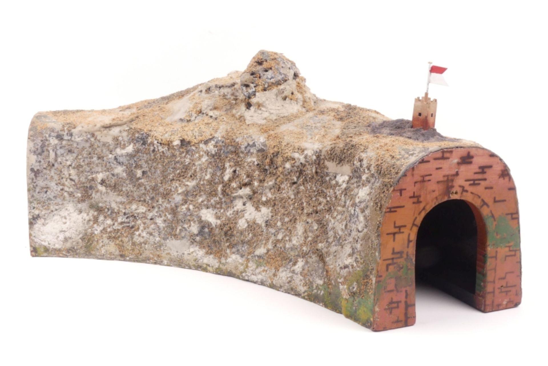 Märklin Ecktunnel 453, Fahne neu, Gebrauchsspuren, Fremdbohrungen in den Tunnelportalen, sehr selt