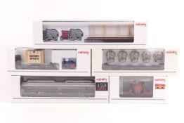 Märklin fünf Güterwagen , Niedrigwagen mit Betonschwellen 47016, Niedrigwagen mit zwei Gleissch