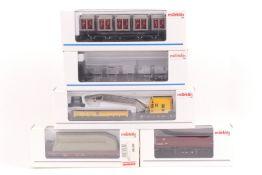 Märklin fünf Güterwagen, ein Modell eines Eisenbahndrehkrans 46715 digital steuerbar mit Anleitu