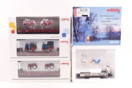 """Märklin vier Güterwagen, """"Frohe Weihnachten"""" 48404, ein Niedrigwagen mit """"Boby Car"""" 44735, zwei N"""