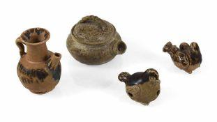 Pfeife, Vogelanhänger und zwei Kännchen, u. a. Changsha-Ware