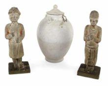 Zwei stehende Figuren und eine Deckelurne aus Keramik