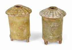 Zwei grünich glasierte Kornspeicher aus Tonware
