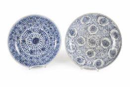 Zwei Porzellanteller mit blau-weißem Dekor