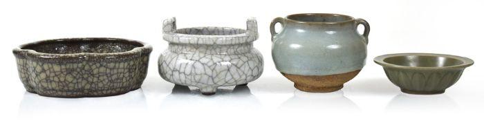 Vier Keramiken, u. a. im Stil der Jun-Ware und mit craquelierter Glasur