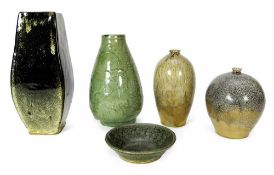 Vier Vasen und eine Schale, u. a. aus Shiwan-Ware