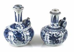 Zwei Kraak-Kendi mit unterglasurblauem Dekor von Blüten und Symbolen