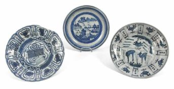Drei Teller mit unterglasurblauem Dekor