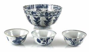 Gruppe einer blütenförmigen und drei kleineren blau-weiß dekorierten Schalen