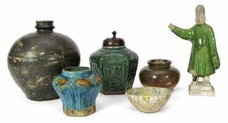 Vier Vasen, eine Schale und eine Figur aus Keramik