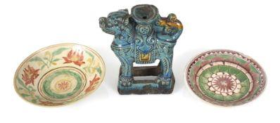 Zwei Swatow-Schalen und ein türkis-glasierter Kerzenhalter in Löwenform