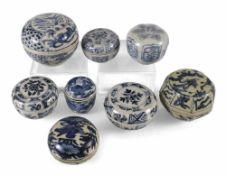 Acht Deckeldosen aus Porzellan mit blau-weißem Dekor