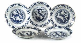 Fünf Teller mit unterglasurblauem Phönixdekor