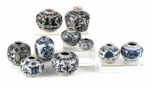 Gruppe von zehn kleinen Schultertöpfen mit blau-weißem Dekor