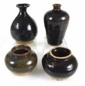 Zwei Vasen und zwei Keramikgefäße mit schwarzer Glasur