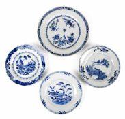 Vier Export-Porzellan-Teller mit blau-weißem Dekor