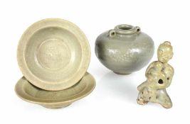 Zwei kleine Schalen, ein Ösentopf und eine Figur mit Seladonglasur
