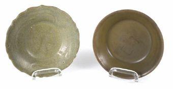Zwei kleine Seladon-Schalen, eine in Blütenform