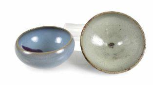 Zwei 'junyao'-Schalen mit türkiser Glasur und violettem Fleck