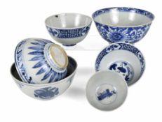 Sechs Porzellanschalen mit blau-weißem Dekor