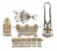Gruppe von Brustornamenten, Stirnbänder und Handrosette aus teilvergoldetem Silber