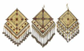 Drei große zentrale einteilige Brust-Ornamente in Rautenform aus teilvergoldetem Silber