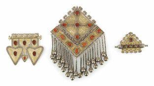 Drei Schmuckstücke aus teilvergoldetem Silber und Steinbesatz, u.a. Brustschmuck