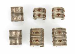 Drei Armreifen-Paare aus Silber, zwei mit Karneolbesatz
