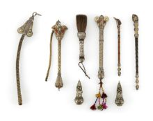 Gruppe von Pinsel, Pfeifen, Behälter und Peitschen, Silber, teilvergoldet und mit Steinen