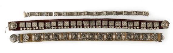 Drei Gürtel mit Silberbeschlägen auf Leder bzw. Textil