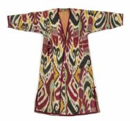 Ikat-Tschapan mit abstrahiertem floralen Dekor