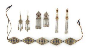 Drei Paar Ohrgehänge und ein Gürtel aus Silber, teils im Kazak-Stil