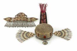 Stirn-Diadem und ungewöhnliche geschlossene Silber-Mütze, teilvergoldet, Steinbesatz
