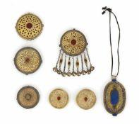 Gruppe von sieben Schmuckteilen, u.a. Dosen und Brustschmuck, teils Tekke- oder Kazak-Stil