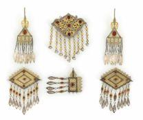 Gruppe von sechs Schmuckstücken im Tekke-Stil aus teilvergoldetem Silber, u.a. Ohrgehänge