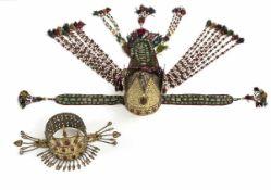 Zwei kronenartige Kopfbedeckungen aus Silber mit Karneolbesatz, teilvergoldet