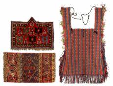 Ersari und Beschir Knüpfarbeiten und eine flachgewebte Jomud Satteldecke