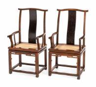 Paar Stühle aus Hartholz mit Lackdekor