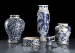 Gruppe von fünf unterglasurblau dekorierten Porzellan, Rouleau-Vase, Schultertöpfe, Schale