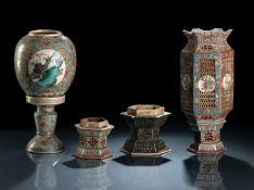 'Famille verte'- und 'Famille rose'-Lampe aus Porzellan auf Stand und zwei Stände