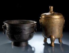 Cachepot aus Bronze im archaischen Stil und messingfarbener Weihrauchbrenner
