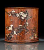 Feiner Pinselbecher aus 'huanghuali' mit Holz, Speckstein- und Perlmutt-Einlagen